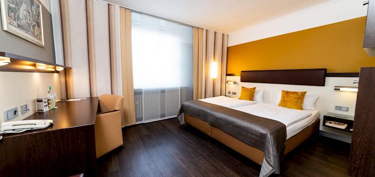 Voorbeeld van een superior tweepersoonskamer met donker laminaat