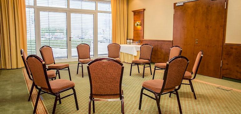 Stoelronde in de Ferdinand-zaal met 10 personen