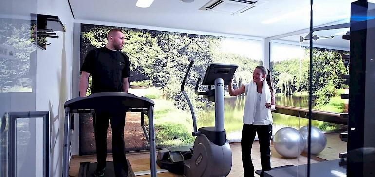 De fitness ruimte biedt voor iedereen de gelegenheid fit te blijven