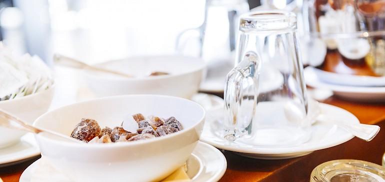 Geniet u 's middags een kopje thee in onze bar of de bibliotheek